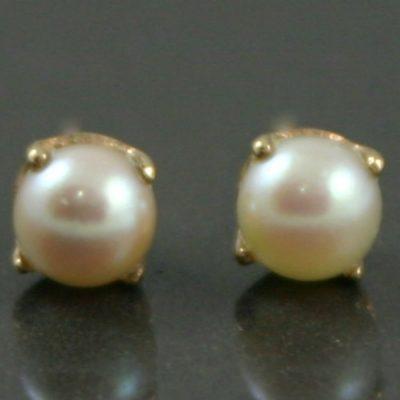 Retro pearl stud earrings